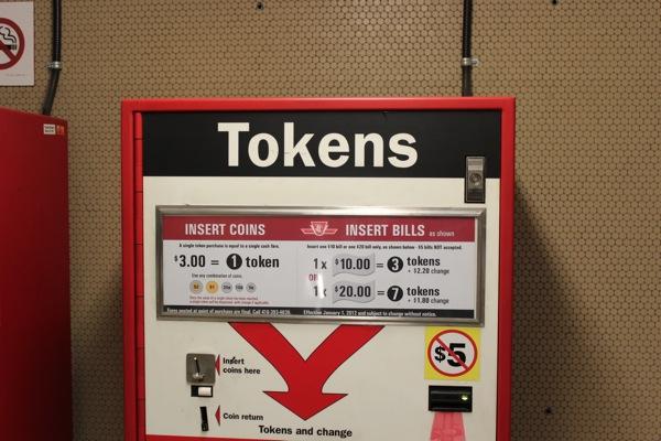 トロント地下鉄で必要なトークン販売機